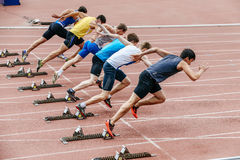 人短跑选手开始于100米 库存照片