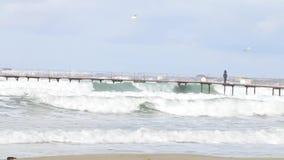 人码头走 在码头下的波浪在黑海,阿纳帕海滩的 股票录像