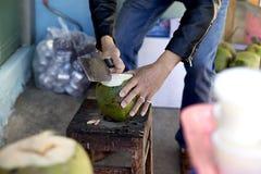 人砍椰子 库存图片