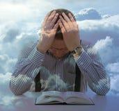 人祈祷异常的天空视图云彩宗教概念 免版税库存图片