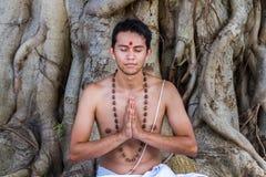 年轻人祈祷 图库摄影