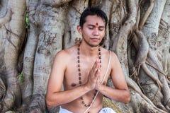 年轻人祈祷 免版税图库摄影