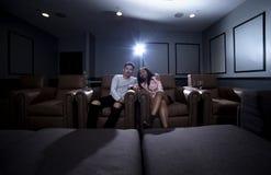 人种间夫妇在一个家庭影院日期 库存照片