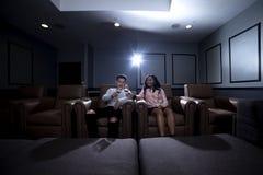 人种间夫妇在一个家庭影院日期 库存图片