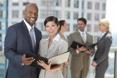 人种间男人&妇女城市企业小组 库存图片