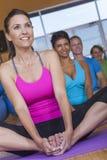 人种间人实践的瑜伽 免版税库存图片