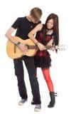 人种间年轻夫妇音乐 免版税库存照片