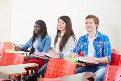 人种间小组学生 库存图片