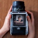 年轻人秘密审议反光镜 免版税图库摄影