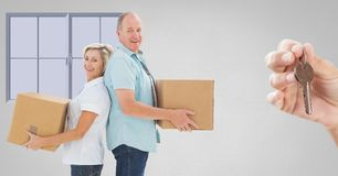 人移动的箱子到有钥匙的新的家里 库存图片