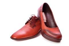 人穿上鞋子妇女 免版税库存照片