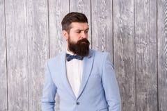 人穿着考究的有胡子的行家穿戴无尾礼服 发型和胡子修饰 E 绅士样式理发师 库存照片