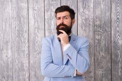 人穿着考究的英俊的有胡子的行家穿戴无尾礼服 绅士样式理发师 理发店包裹的提议范围为 免版税库存照片