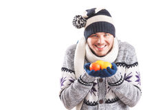 年轻人穿戴了温暖的举行的柠檬和桔子 免版税库存照片