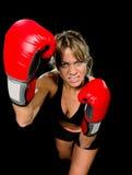 年轻人符合和红色拳击手套与在健身房feeli的坚强的可爱的拳击手女孩投掷的积极的拳打训练锻炼战斗 免版税图库摄影