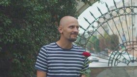 人等待他的女孩遇见玫瑰和挥动的hisr手 愉快的会议 股票视频