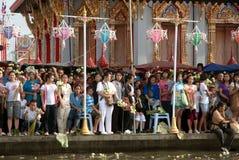 人等待在磨擦Bua节日的投掷的莲花 库存照片