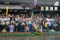 人等待在磨擦Bua节日的投掷的莲花 免版税图库摄影