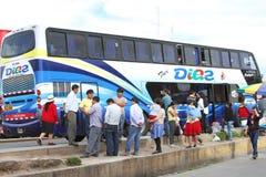 人等待的公共汽车离开的,卡哈马卡,秘鲁 免版税库存图片
