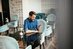 人等待的妇女在餐馆 免版税库存照片