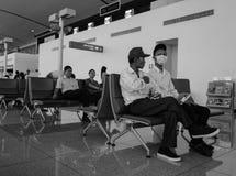 人等待的搭乘在猫双机场在海防市,越南 图库摄影