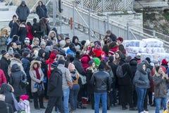 人等待的毯子和围巾在普罗夫迪夫2019年-文化的欧洲首都 库存照片