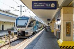 人等待的火车在维恩米特区驻地S-Bahn市郊火车、U-Bahn火车和城市机场火车的主要插孔 免版税库存图片