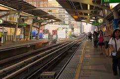 人等待的火车 免版税库存照片