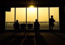 人等待的离开剪影从机场的 库存照片