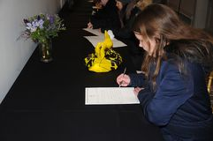 人签署的吊唁在公共场所 免版税库存图片