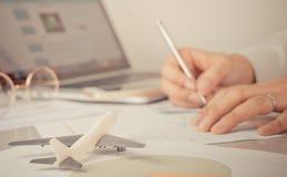 人签署他的商务旅游旅行的文件 图库摄影
