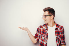 人红色衬衣年轻人 免版税图库摄影