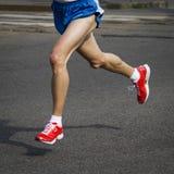 人红色跑鞋 免版税图库摄影