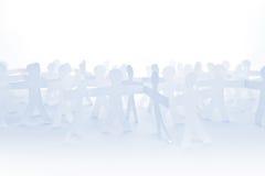 人纸切开了链子当人群或配合概念 免版税库存图片
