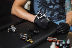 人纹身花刺艺术家 免版税图库摄影
