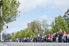 人线城市街道人群  免版税库存图片
