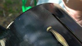 人绘与古铜色把柄黑色油漆的木胸口 股票录像
