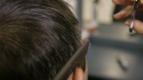 人美发师缩短一个年轻人的头发 股票录像