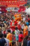 人群人在庆祝农历新年时漫游街道Yaowarat 唐人街在曼谷, Tha 免版税库存图片
