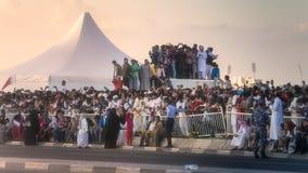 人群人观看执行在国庆节游行多哈,卡塔尔的车 库存照片