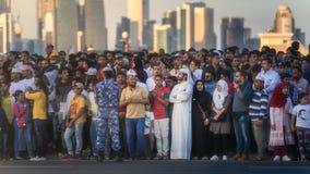 人群人观看执行在国庆节游行多哈,卡塔尔的车 库存图片