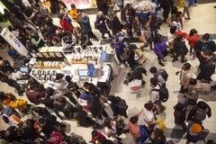 人群人 购物中心在多伦多,加拿大 免版税库存照片
