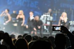 人群和一般大气在维克托Drobysh第50个年生日音乐会期间在巴克来中心 免版税库存照片