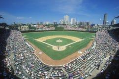 人群和金刚石在一场职业棒球比赛期间,里格利Fisheye视图调遣,伊利诺伊 免版税图库摄影