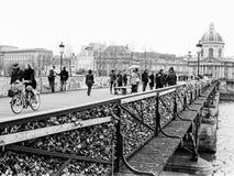 人群和锁在艺术桥在巴黎 免版税库存照片