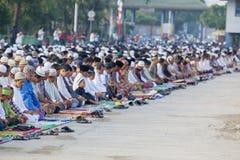 人群回教祈祷在港口 库存图片