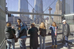 人群在世界贸易的景色十字架耸立纪念站点2001年9月11日,纽约, NY 免版税图库摄影