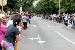 人群在哈瓦那,古巴等待奥巴马汽车队2016年 免版税图库摄影