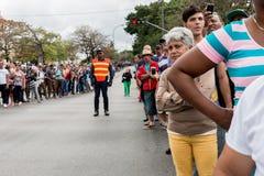 人群在哈瓦那,古巴等待奥巴马汽车队2016年 库存图片