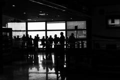 人群在机场 免版税图库摄影